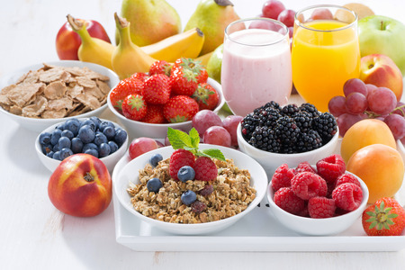 Photo pour Delicious and healthy breakfast with fruits, berries and cereal on wooden tray - image libre de droit