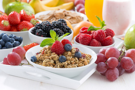 Photo pour Delicious and healthy breakfast with fruits, berries and cereal, horizontal - image libre de droit