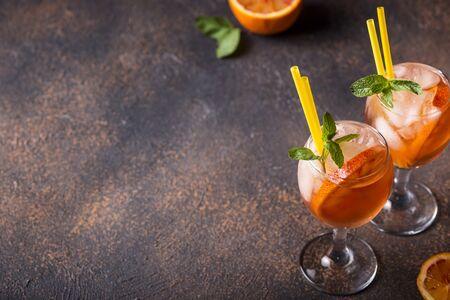 Photo pour Italian cocktail with orange and ice - image libre de droit