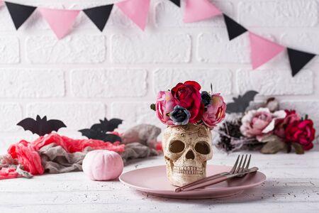 Photo pour Halloween table setting in pink colors - image libre de droit