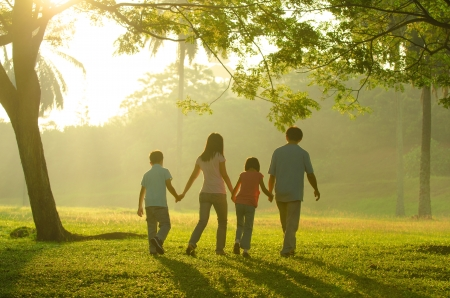 Foto de family outdoor quality time enjoyment, asian people silhouette during beautiful sunrise - Imagen libre de derechos