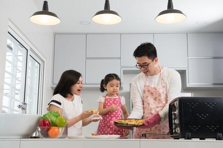Photo pour asian family baking at kitchen - image libre de droit