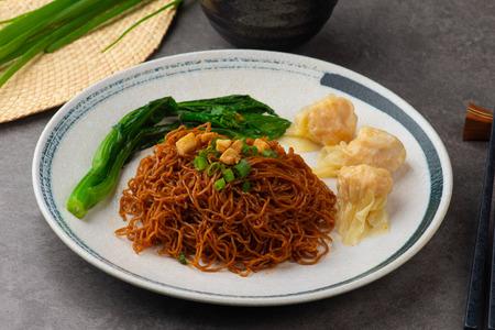 Photo pour wantan noodles on background - image libre de droit