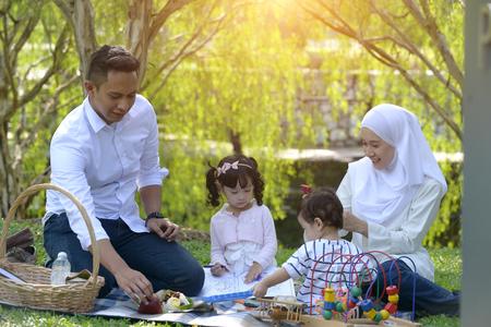 Photo pour muslim malay family enjoying picnic at the park - image libre de droit