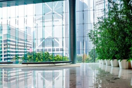 Foto de Glass wall in the office building - Imagen libre de derechos