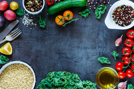 Photo pour Brown rice with fresh delicious vegetables and ingredients for tasty cooking on vintage dark background, top view. - image libre de droit