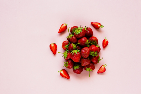 Photo pour Spring or summer composition flat lay. Freshly harvested ripe strawberries on pastel light pink background. Top view - image libre de droit