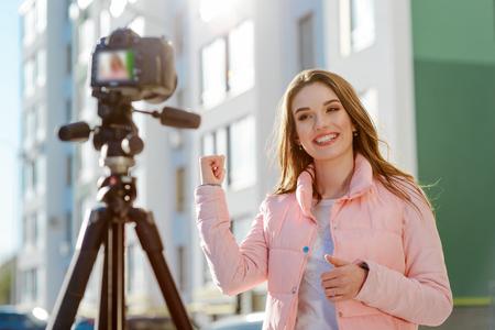 Photo pour Female blogger reviews estate - image libre de droit