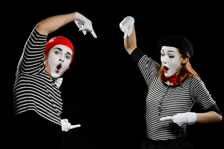 Photo pour Mimes points at something invisible - image libre de droit