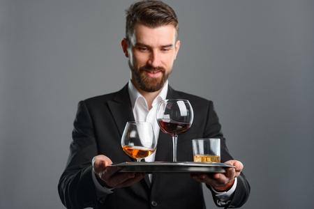 Foto de Smiling man serving alcoholic drinks - Imagen libre de derechos