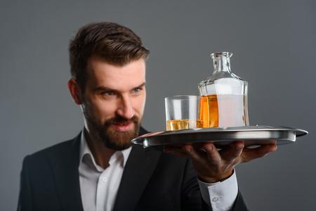 Foto de Expert evaluating color of whisky - Imagen libre de derechos