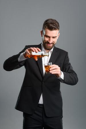 Foto de Businessman pouring whisky into glass - Imagen libre de derechos