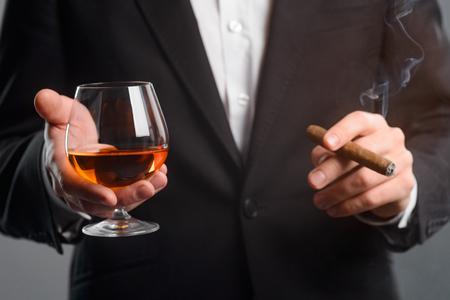 Foto de Focus on glass of whisky - Imagen libre de derechos