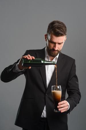 Foto de Connoisseur pouring beer into glass - Imagen libre de derechos