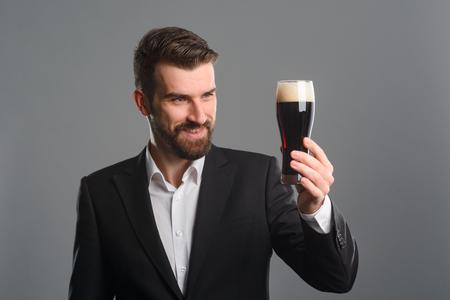Foto de Man staring at beer glass - Imagen libre de derechos