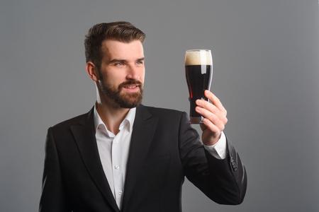 Foto de Smiling man holding beer glass - Imagen libre de derechos