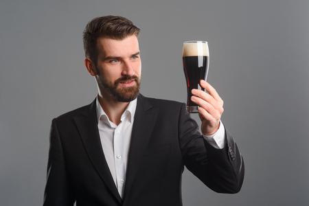 Foto de Man evaluating color of beer - Imagen libre de derechos
