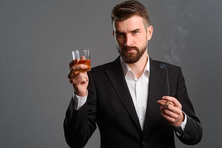 Foto de Serious man drinking and smoking - Imagen libre de derechos