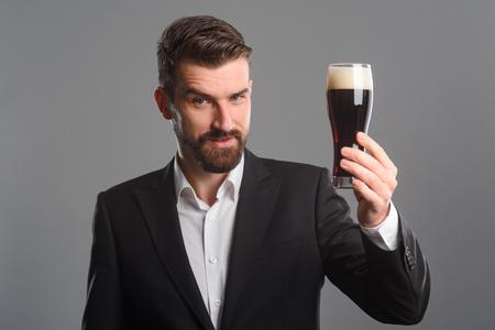 Foto de Man holding glass of beer - Imagen libre de derechos