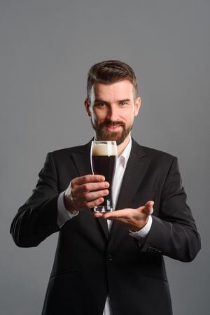 Foto de Man with full beer glass - Imagen libre de derechos