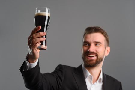 Foto de Man with lifted beer glass - Imagen libre de derechos