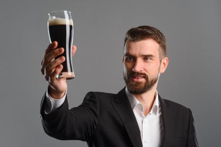 Foto de Man lifted his beer glass - Imagen libre de derechos