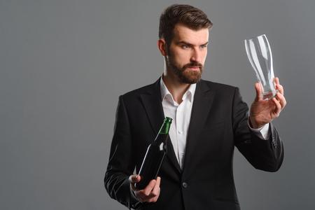 Foto de Bartender pouring beer into glass - Imagen libre de derechos
