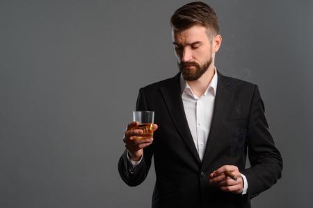 Foto de Businessman holding whisky and cigar - Imagen libre de derechos