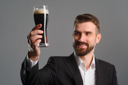 Foto de Glass full of dark beer - Imagen libre de derechos