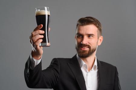Foto de Satisfied guy with beer glass - Imagen libre de derechos