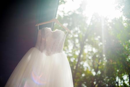 Photo pour Bridal gown hanging outdoors - image libre de droit