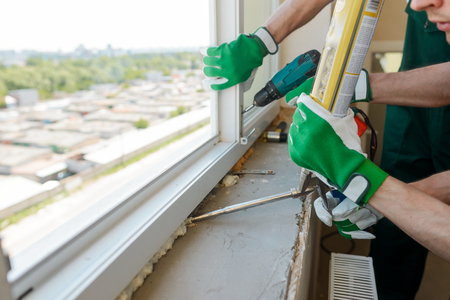 Foto de Construction workers installing a window - Imagen libre de derechos