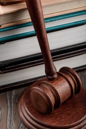 Photo pour Close up on judges gavel - image libre de droit