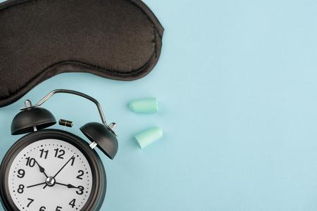 Photo pour Clock, eye mask and earplugs - image libre de droit