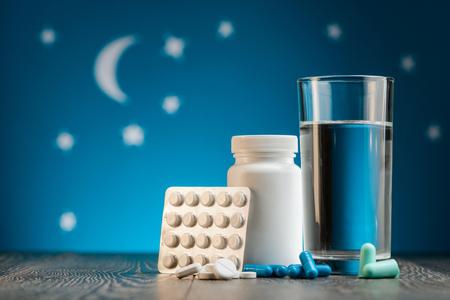 Photo pour Sleeping pills and earplugs - image libre de droit