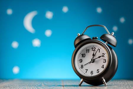 Foto de Alarm clock on table - Imagen libre de derechos