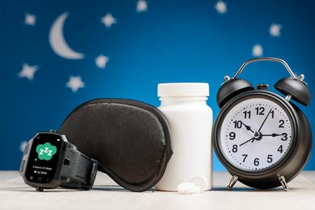 Foto de Smart watch, mask, pill, clock - Imagen libre de derechos