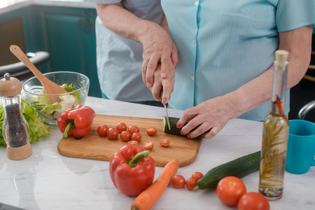 Foto per Senior couple cooking a salad - Immagine Royalty Free