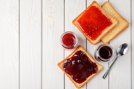 Photo pour Toasted bread with jam - image libre de droit