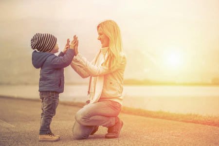 Foto de Happiness mother and son under sun light - Imagen libre de derechos
