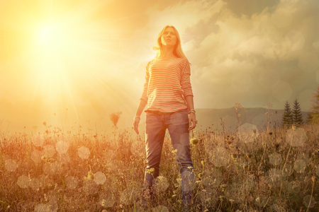 Foto de Happiness woman stay outdoor under sunlight of sunset - Imagen libre de derechos