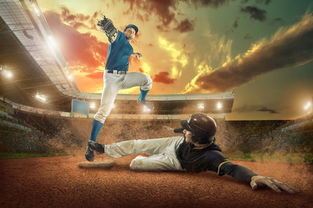 Foto de Baseball players in action on the stadium. - Imagen libre de derechos