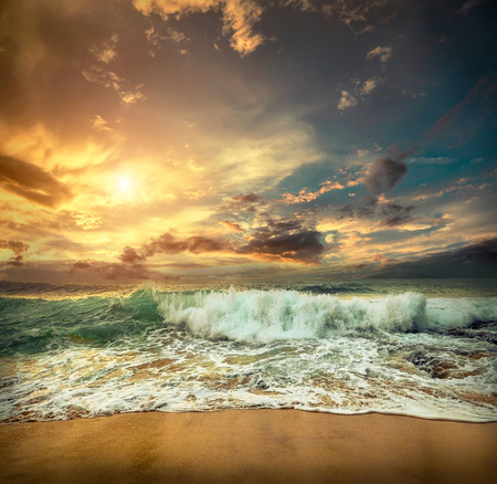 Photo pour Beautiful Tropical Sea view under sunset sky at Sri Lankain beach. Stormy waves in evening time. - image libre de droit
