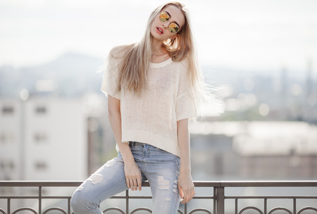 Foto für Fashion model. Summer look. Jeans, sweater, sunglasses. - Lizenzfreies Bild