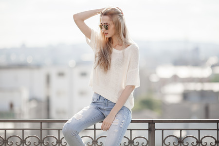 Photo pour Fashion model. Summer look. Jeans, sweater, sunglasses. - image libre de droit