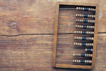 Foto de old abacus on the vintage wooden table top - Imagen libre de derechos
