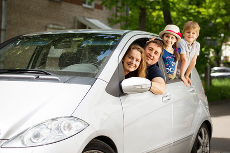 Photo pour happy family in car going on a picnic - image libre de droit
