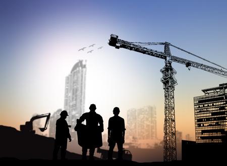 Foto de silhouette engineer looking at blueprints Blurred construction site - Imagen libre de derechos