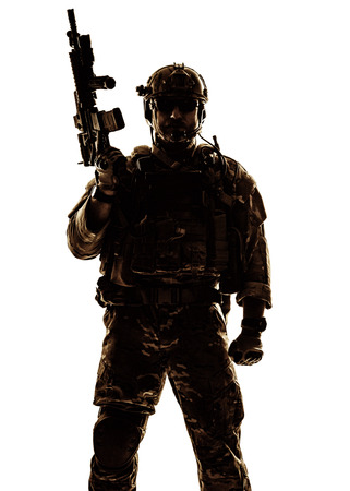 Foto de Silhouette of special warfare operator with assault rifle - Imagen libre de derechos
