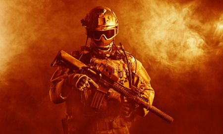 Foto de Special forces soldier with rifle in the fire - Imagen libre de derechos
